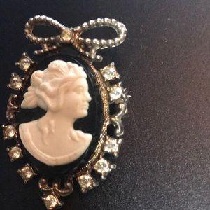 Jewelry - Black with white bust fashion cameo w/rhinestones